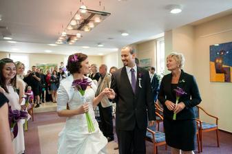 Maminka předává nevěstu