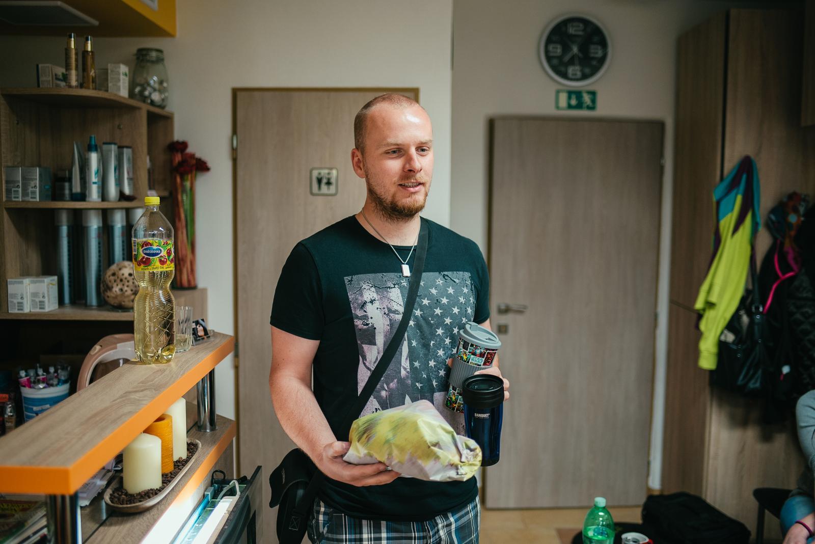 Hanka{{_AND_}}Tomáš - Zachránce...ženich přinesl čerstvou kávu a kytky do vlasů :-)