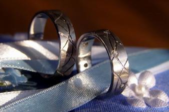 takhle nám byly prstýnky uložené na polštářku