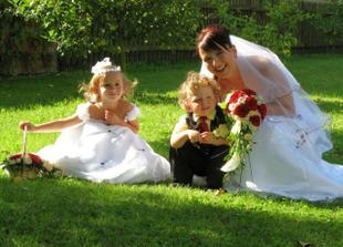 S našimi špunty, družičkou Adélkou a mládenečkem Šimonkem.