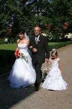 S tatínkem a družičkou kráčíme parkem k zámku.
