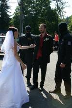 Cestou z obřadu mi manžela zatkla a odvezla policie! Vrátili mi jej až v místě hostiny :-)