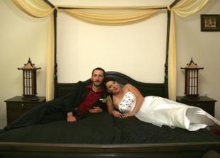 Na této posteli jsme měli strávit svatební noc. Ale dostali jsme se do ní až když už bylo venku světlo! :-)