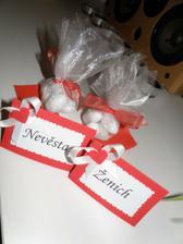 Hotové jmenovky a balíčky s mandličkami