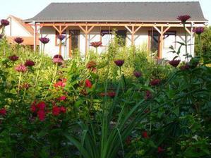 a takto nas domcek vyzera  zo zahrady