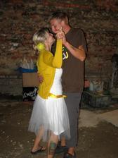ta míchačka za náme a nepoužitý párty stan... kolečka už se do záběru nevešly, ale víte co? nikomu to při tanci a zábavě nevadilo:)