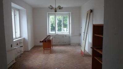 vlevo kuchyňská linka, vpravo přidje zbourat příčka, kde vznikne místo pro obývák