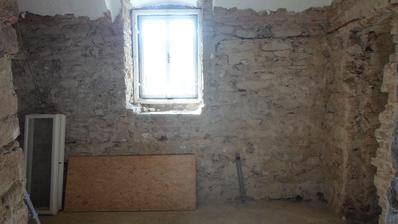 vlevo sprchový kout, vpravo a pod oknem vyzděný panel pro umyvadla