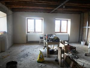 LEDEN 2016 - Příčka uprostřed zbouraná, nová okna, nové špalety, nová omítka, vyštukováno, radiátory ..... vlevo kuchyň, vpravo obývák