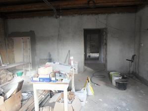 pohled z kuchyně na chodbu, vzadu ložnice