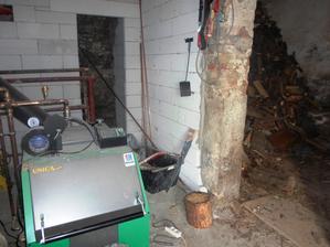 kotelna, vzadu koupelnička, vpravo místo pro dřevo