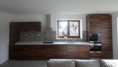 první místnost téměř hotová, chybí jen malé detaily - parapety, výmalba za radiátory, lišty kolem podlahy a obkladů