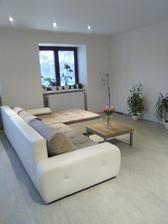 Do obýváku přijde ještě koberec před gauč, bílá komoda pod televizi, bílý konferenční stolek :-)