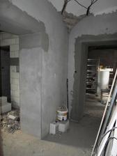 vlevo koupelna + prádelna, rovně ložnice + šatna, vzadu za mnou kuchyně + obývák, vpravo ode mě zádveří + schody do prvního patra