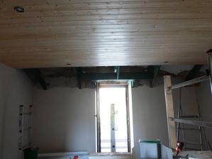 LOŽNICE: štuk + palubky na stropě + bodové osvětlení :) chybí už jen nivelačka na podlahu (potom koberec) a vybílit :)