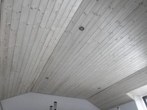 Ložnice - už dodělat jen malé detaily na palubkách, dveřích a položit koberec