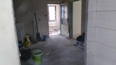 pohled z ložnice přes halu na chodbu a schodiště