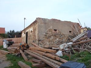 zbouraný štít a střecha na špejcharu, zatím nevíme co s ním dál