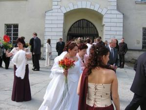 na nádvoří jsme čekali přes 30 minut, než vyjde svatba před námi a mamka pořád lítala do auta pro štólu, pelerínu ... :-)