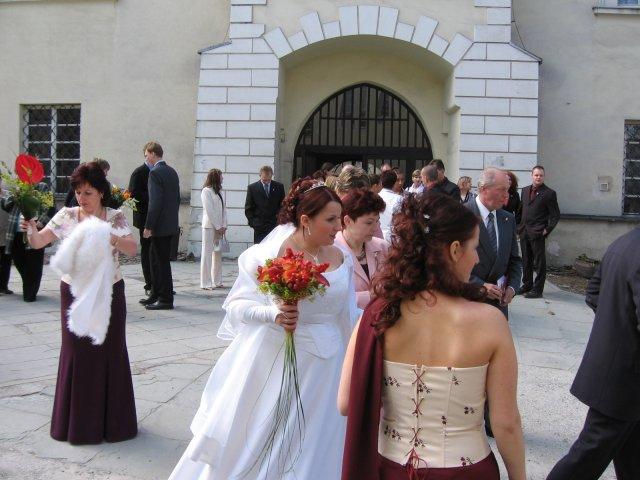 Barča{{_AND_}}Honza - na nádvoří jsme čekali přes 30 minut, než vyjde svatba před námi a mamka pořád lítala do auta pro štólu, pelerínu ... :-)