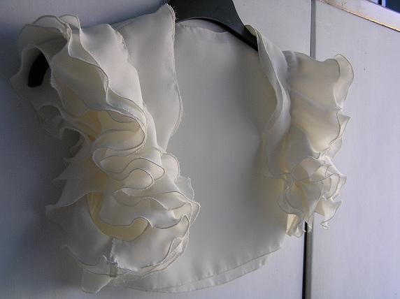 Svatba za babku 1 - Chtěla jsem, aby materiál byl ve vrstvách. Na těle vypadá hezky a hlavně je to maximálně příjemnééé. Nikde nic nekouše, netrčí, všechno krásně splývá, vlaje a tak :-)  A pak se vrhnu na šaty.