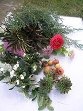 Dnes jsem si na zahradě natrhala materiál na kytičku. Zítra zkusím cvičně uvázat.
