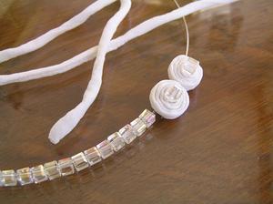 Motám spirálky na náhrdelník. Koupila jsem navíc paměťový drát na krk - 1 otočku; tj. 5,- Kč. Potom jeden kroužek 1,- Kč a zapínání 5,- Kč.