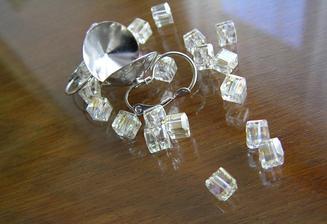 Korálky na náušnice a náhrdelník, jemně světle žluté. Celkem 20 ks; 4,- Kč/1 ks. Náušnicová lůžka 25,- Kč (pár).