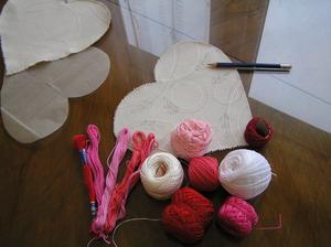 Budu vyšívat. Bavlnky mám doma, občas s ními tvořím. Použiju tři až pět barev. Pokud bych bavlnky kupovala, jedno přadénko stojí 4,- Kč.