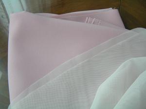 A protože je látka i přes dvě vrstvy průsvitná až průhledná, tak jsem přikoupila podklad. Pevnější polyester. Metr šíře 160 cm za 110,- Kč. Mám 2, 5 metru. Barva jemná růžová.