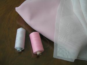 A nitě... Růžová mi totiž došla, tak musím doplnit zásoby. Jsou to polyesterové nitě. Jedna špulka stála 38,- Kč. Ale je to 1000 metrů. Což jedna malá běžná špulka je 10 m za zhruba 10,- Kč (na tyto šaty stačí jedna za 10,- Kč, max. dvě).