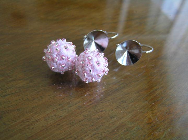 Svatba za babku 3 - PINK - Náušnicová lůžka, z korálkárny, za 25,- Kč. Uháčkované kuličky jsem pošila korálky.