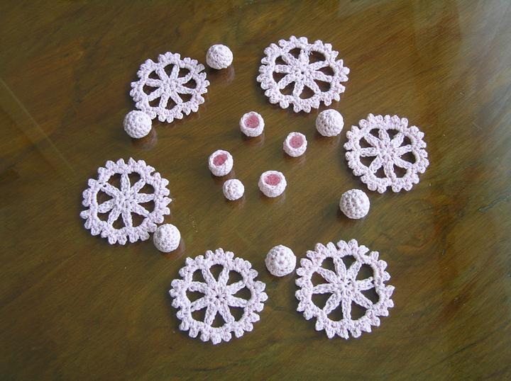 Svatba za babku 3 - PINK - Díly na kytičku. Pořádně naškrobené, stačí Unipret - tj. škrob za studena nebo může být třeba cukrová voda. Kuličky jsem neškrobila to dá rozum :-)