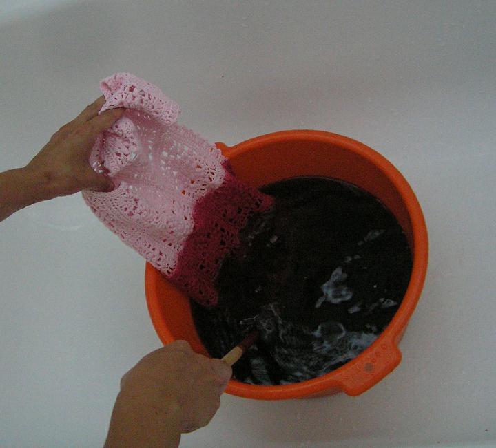 Svatba za babku 3 - PINK - Šup s ním do barvy. Barva za studena, odstín červeň přímá (udělá výraznou růžovou). Barva je k dostání v potřebách pro výtvarníky, jde o barvu na balvnu a stojí kolem 20,- Kč.