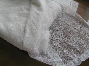 Pěkný tyl :-D ... no co, záclona je prosím pěkně normální tyl. Je to stejný princip vzoru jako tyl, který se běžně dává do spodnic na vyztužení nebo se vyrábějí tylové krajky. Na vyzkoušení střihu nebo ušití šatů na focení mi to bohatě stačí :-P