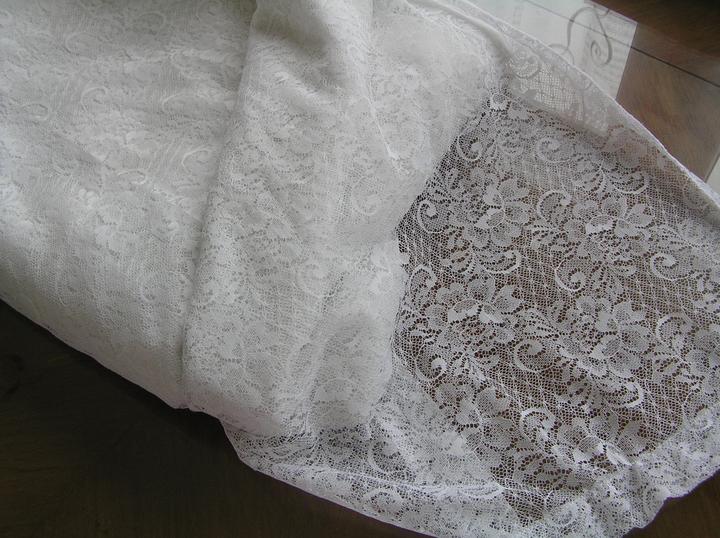 Svatba za babku 3 - PINK - Pěkný tyl :-D ... no co, záclona je prosím pěkně normální tyl. Je to stejný princip vzoru jako tyl, který se běžně dává do spodnic na vyztužení nebo se vyrábějí tylové krajky. Na vyzkoušení střihu nebo ušití šatů na focení mi to bohatě stačí :-P