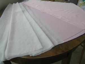 Nastříháno na dlouhou sukni šatů. 2x vrchní vrstva, 1x podklad a 1x podšívka.