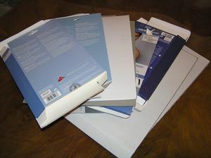 Krabičky, kartony. Trošku jsem doma uklízela. Pouštím se do výroby písmen.