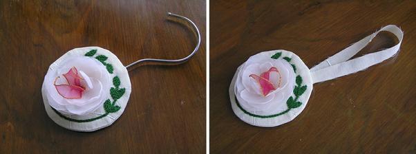 Vonička. Polštářek vycpaný levandulí do šatní skříně, aby svatební šaty voněly. Využila jsem ten háček. Ale může být normální stužka. Ta je zde ilustrační, zezadu se dá vložit malý váček s voňavými bylinkami nebo kořením a až vyčichne, zase vyměnit.