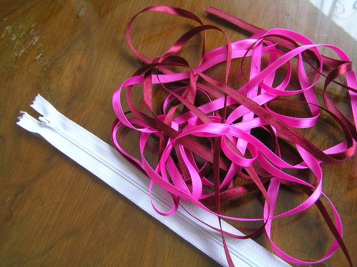 Svatba za babku 3 - PINK - Zip a saténové stužky na šaty. Stuhy celkem 21,- Kč. Od každé jsem vzala 3 metry. Zip 16,- Kč.