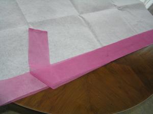 Materiál na pásek je tenký a průsvitný, takže stříhám dvě vrstvy a stehuju na výztuhu.