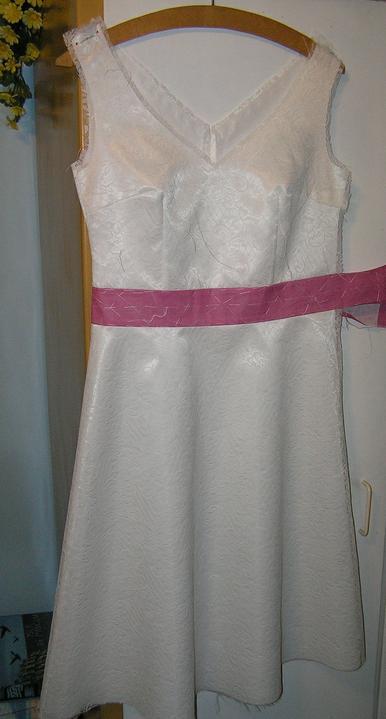 Svatba za babku 3 - PINK - Po druhé zkoušce už živůtek sedí jak má a teď našiju mašličky a zip.