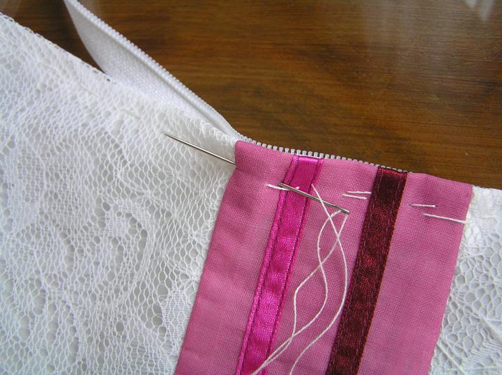 Svatba za babku 3 - PINK - Dnes chci všít zip do šatů, takže stehuju v ruce napřed..