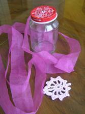 Háčkovaná srdíčka naškrobím a z růžové látky našiju proužky.