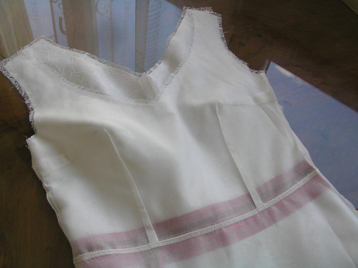 Svatba za babku 3 - PINK - Opět se věnuju šatům, chtěla bych je už dokončit. Nastehovala jsem podšívku. Ta je z příjemné látky, nechci nic, co mě bude studit (to někdy podšívky dělají). Mám ji z bazaru, stála kolem 60,- Kč. Na špičku výstřihu ještě nažehlím kousek vlizelínu.