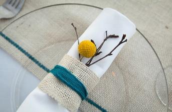 Craspedie a jutovina na stoloch v kombinácii s tyrkysovou
