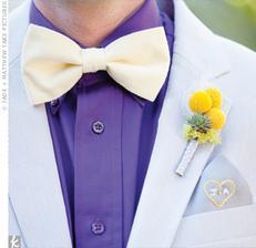 Pre ženícha motýlik a pierko zo sukulentov a craspedií