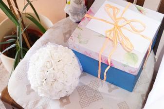 květina s dárečkem :)