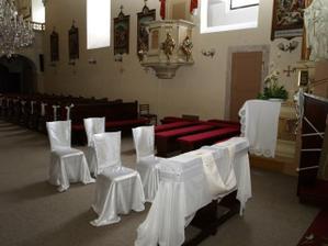 výzdoba v kostole bola jednoduchá ale krásna