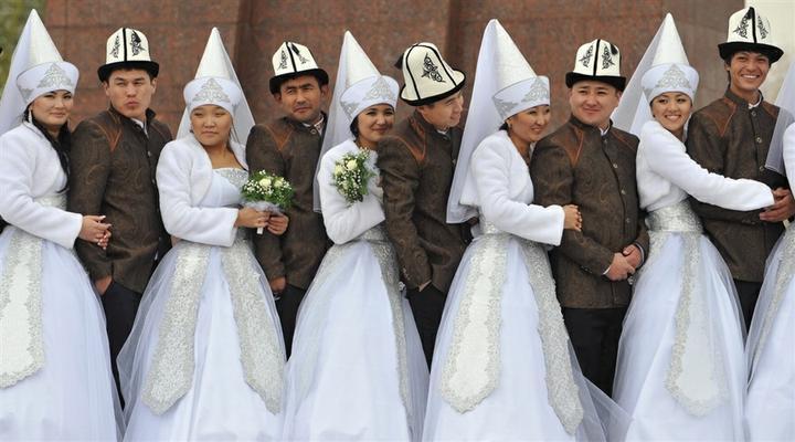 Svetová svadba! - Kirgizsko-moderné prevedenie tradičného odevu